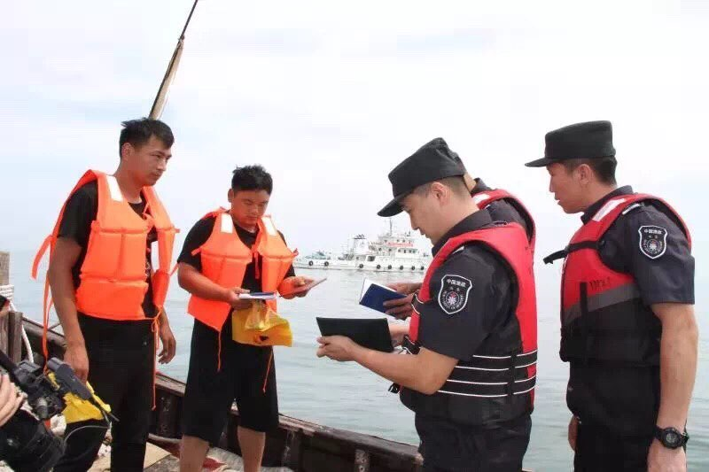 沿刘公岛至成山头海域巡查,渔政海事联合巡航维护威海渔区安全