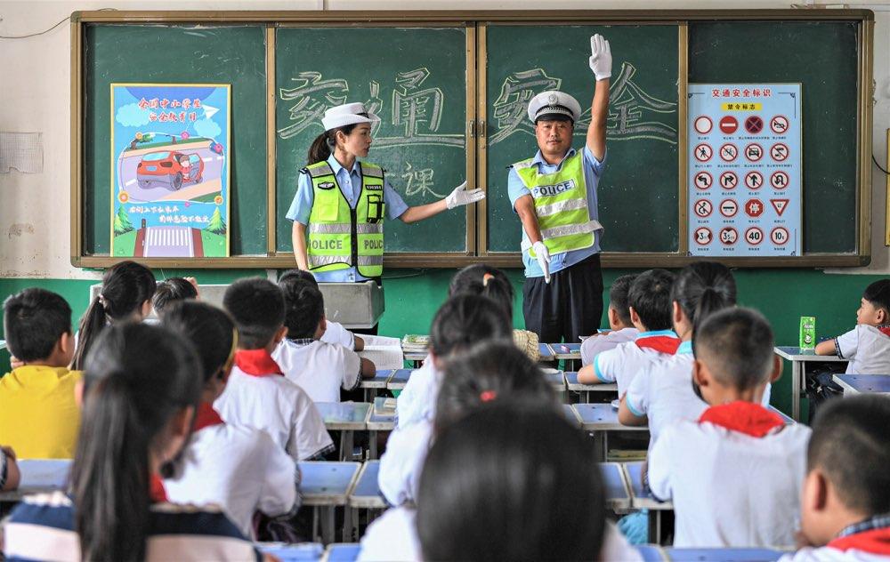 学习指挥手势、识别交通标识!开学首日枣庄民警交通安全进校园