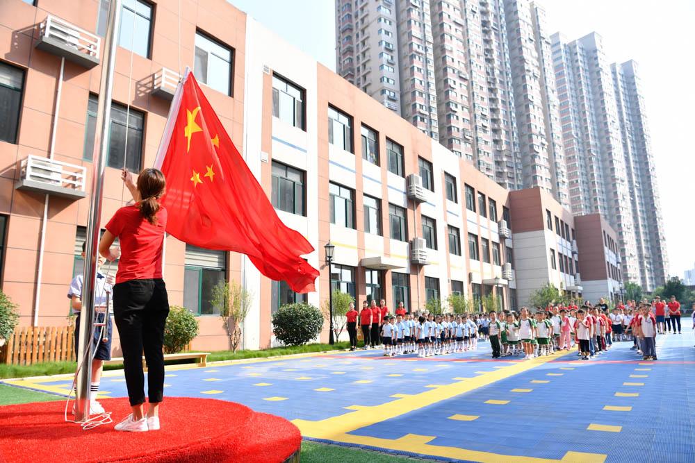 济南:国旗下开启新学期 农家乐等主题教室令孩子们耳目一新