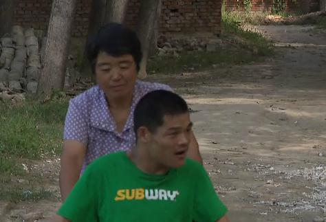 """49秒  """"山东好人""""之星王贵玲:32年如一日照顾脑瘫儿子"""