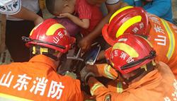 44秒|右脚卡进电动车无法动弹,救援中5岁娃娃紧捂双眼不哭不闹