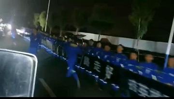 61秒丨山东汉子尹起贺骨灰抵达郑州 41支蓝天救援队代表拉横幅迎接