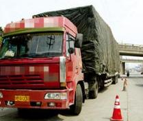 锁门、弃车、逃跑…沂源交警24小时查扣14辆超载货车