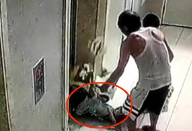 91秒丨惊!电梯上行卡住儿童车牵引绳 幼童瞬间被带飞