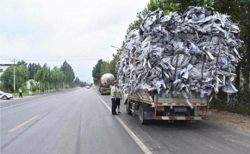 """""""顶天""""小货车严重超限被罚 塑料编织袋堆了4米高"""