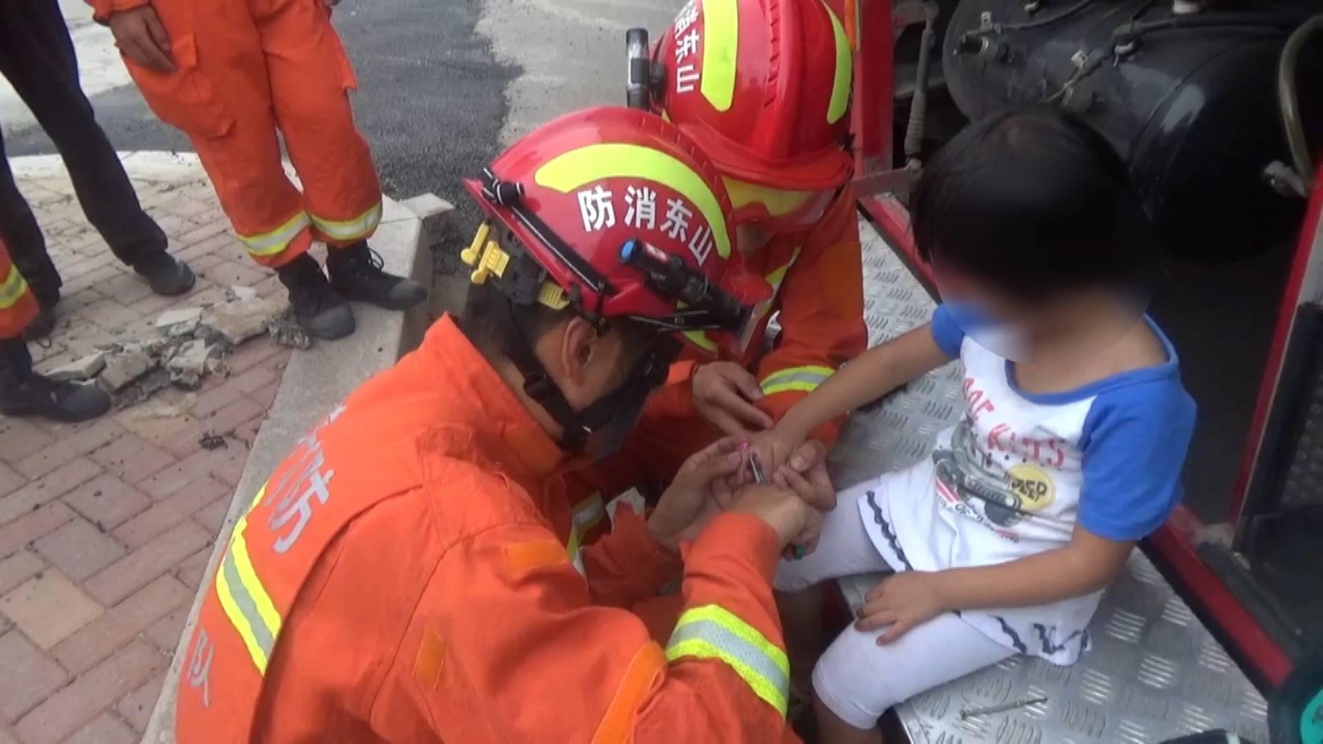 33秒丨临沂5岁女童被玩具塑料环卡住手指 消防员边安慰边救援