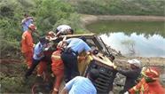 25秒|挖土机侧翻驾驶员被困 荣成消防紧急破拆救援
