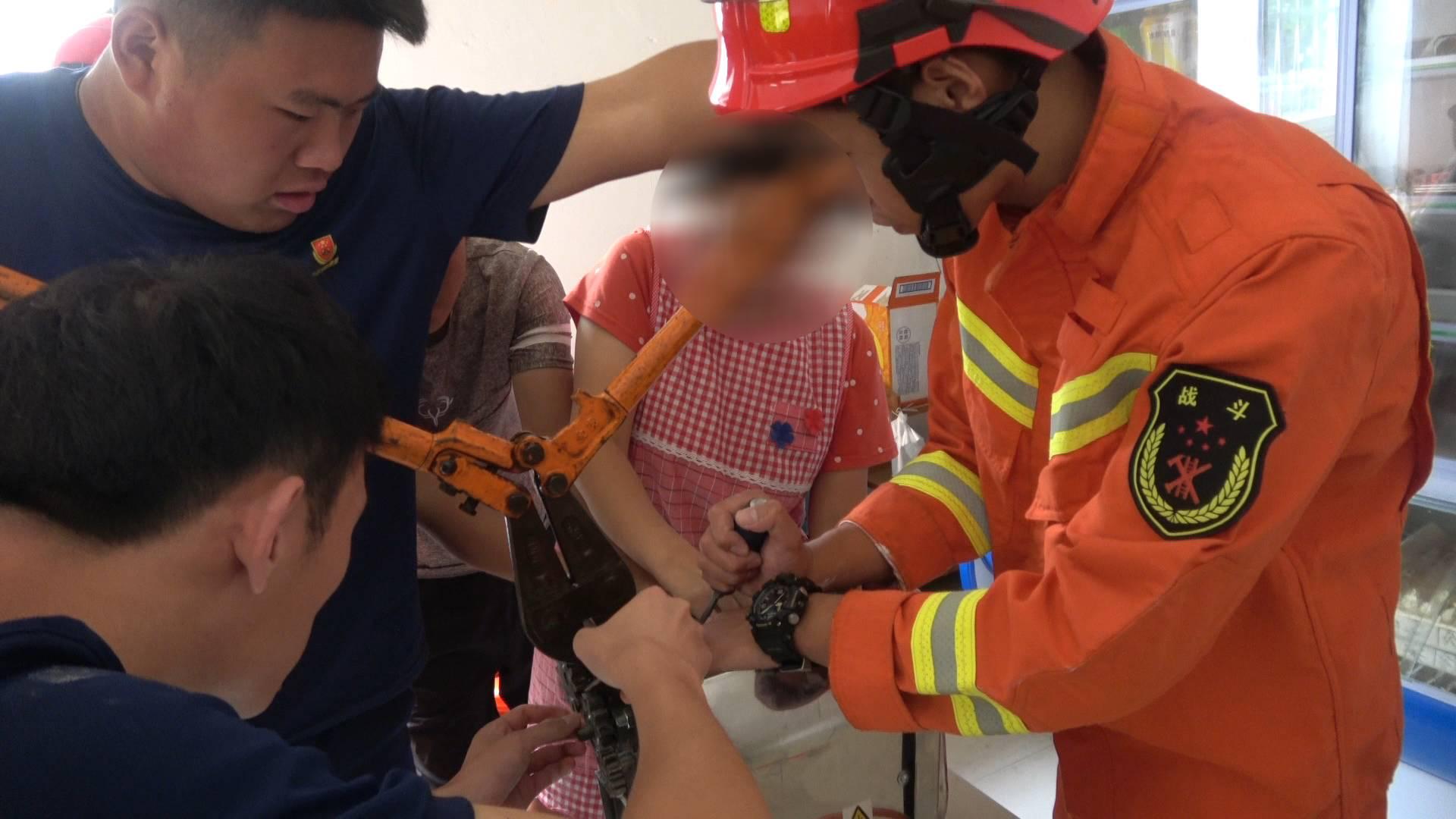 30秒|临沂一女子手卡压面机 消防员5分钟成功救出