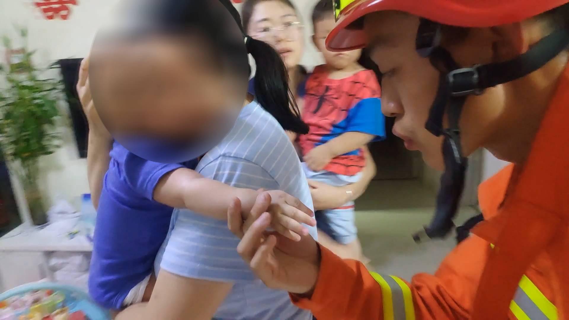 38秒|烟台幼儿手卡磨牙棒孔环哭闹不止 消防员轻吹宝宝小手超有爱