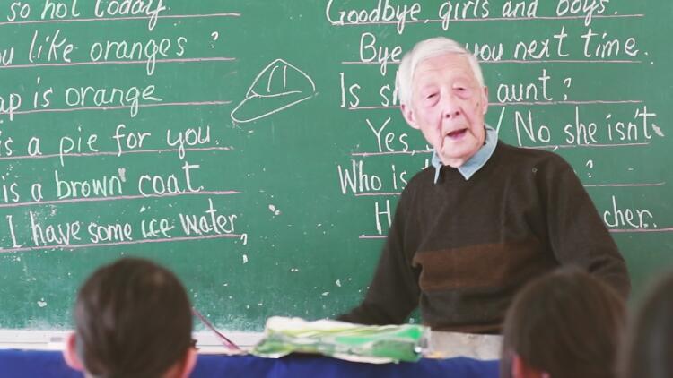 """91岁""""英语爷爷""""荣膺全国道德模范,至今仍在小村义务教书"""