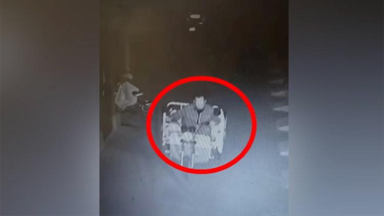 20秒 监控实拍邹平男子半夜偷走电动三轮车 正在充电