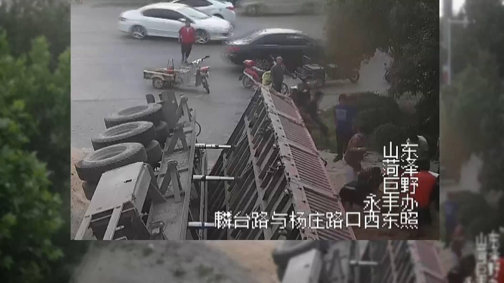 半挂车侧翻女子被埋 路人徒手挖沙两分钟救出