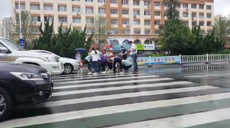 29秒 雨水浇不灭热心肠!老人摔倒后 威海街边上演暖心一幕
