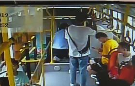 40秒|枣庄一女孩公交车上突然晕倒 接下来一幕真暖心
