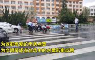 28秒|雨天路滑,街头推车老人摔倒瓜果散落一地,接下来一幕