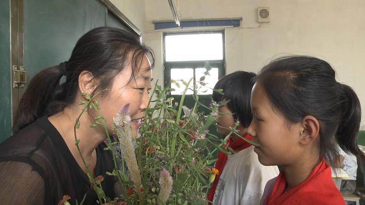 48秒丨采一束山花送恩师 枣庄山亭区这些孩子们这样表达着感恩之情