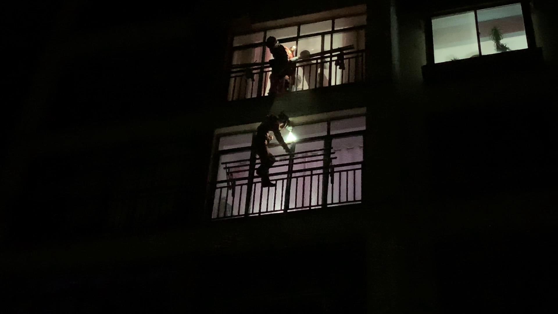 """男童反锁家中 威海消防""""空降""""开窗进屋救援"""