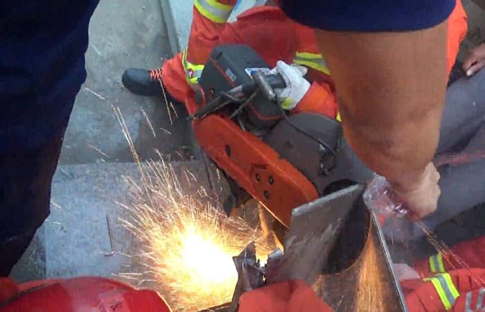 55秒|威海女子操作不当手卡搅面机 消防无齿锯、液压剪扩器全上场