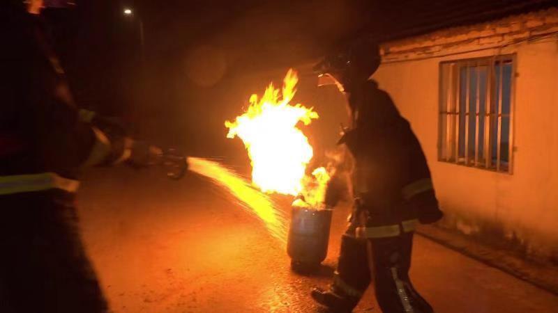 威海一大妈忙跳舞忘关煤气 消防员紧急救援抱出燃烧煤气罐