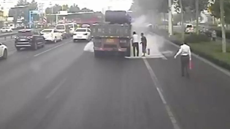 43秒丨与时间赛跑!邹平三名公交司机火速接力战大火