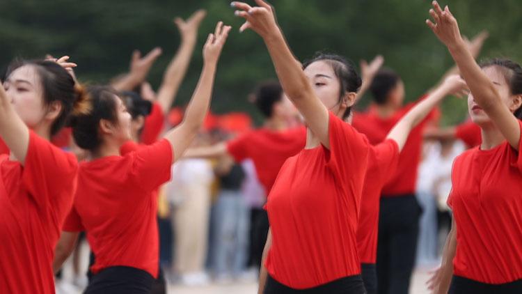 62秒丨潍坊一高校迎新闪耀《我和我的祖国》