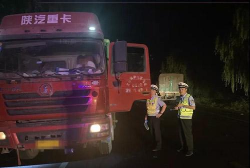 邹平、济南交警联合执法强力整治货车超限超载 一夜查扣48辆违法车