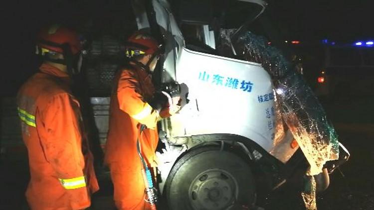 39秒丨潍坊昌乐:轻卡凌晨追尾半挂车 两名被困人员顺利脱险