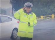 中秋节济南警嫂出门偶遇雨中执勤的丈夫:他的一个敬礼我啥委屈都没了