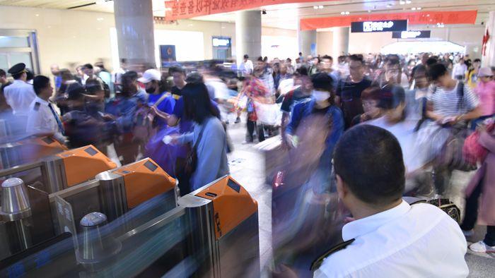 组图丨人从众…济南各大车站迎返程高峰,出租车一车难求