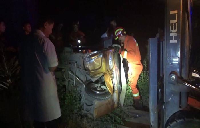 65 三轮车侧翻司机被困 临沂消防紧急救援