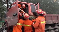 38秒|两货车追尾驾驶室严重变形,聊城消防紧急救出被困司机