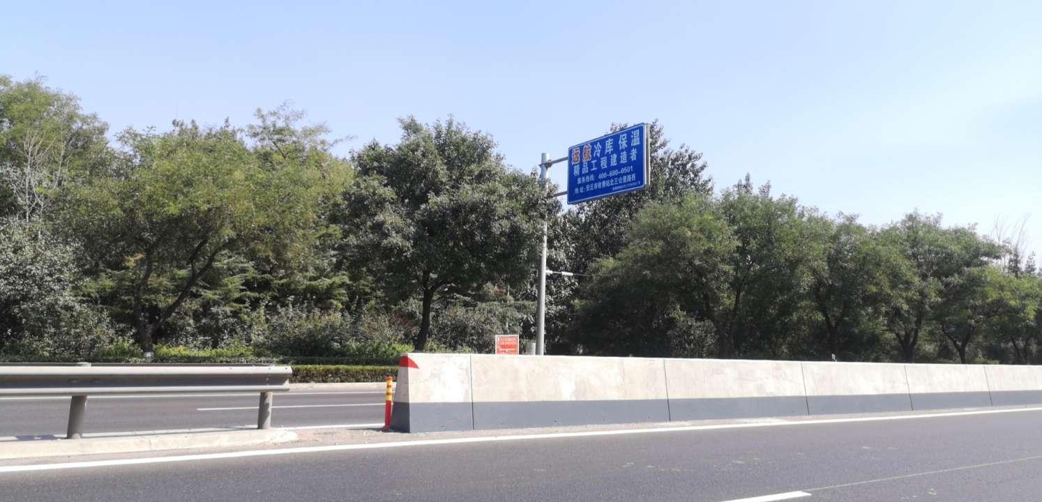 206国道这处隔离护栏像堵墙?主管部门:完全按标准建设