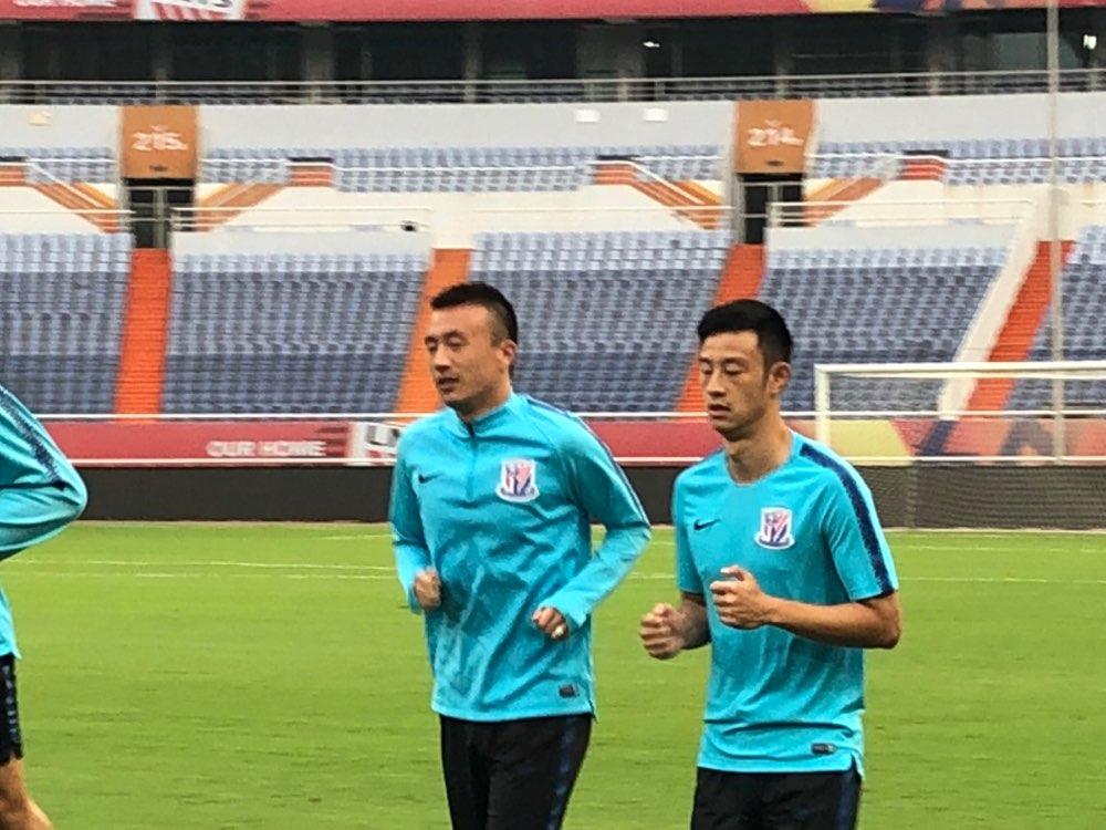 王永珀身披申花球衣现身赛前训练 与球迷合影备受欢迎