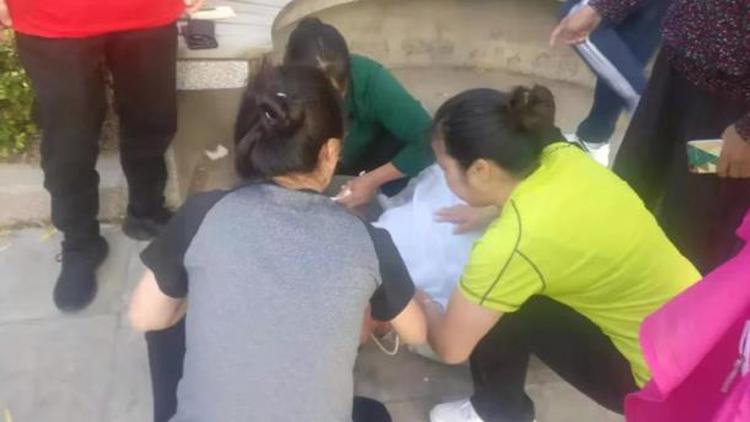 21秒丨滨州67岁老人突然倒地嘴里泛着白沫 热心市民跪地救人