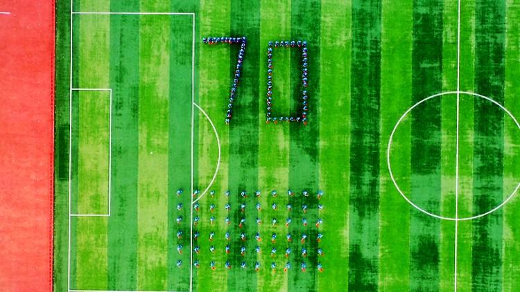 """69秒丨潍坊120余位海航学子摆出""""70""""字样 热情歌唱《我和我的祖国》"""
