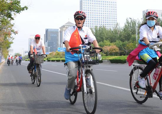 90岁老骑手快乐骑行环滨州黄河风情带全程25公里 有信心骑到100岁