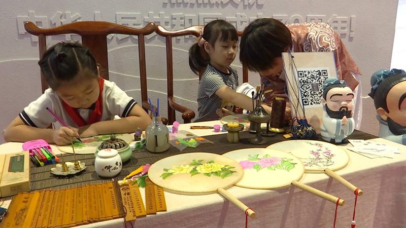 43秒丨打卡山东文博会 家长带孩子体验中华传统文化