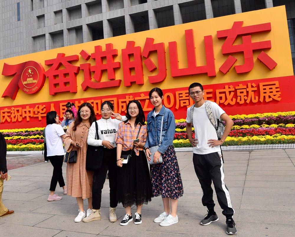 我与展馆合张影!山东省庆祝新中国成立70周年成就展成为新观光打卡地