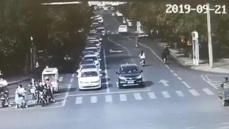 16秒丨滨州市区一辆平衡车横穿马路被撞 有人员受伤