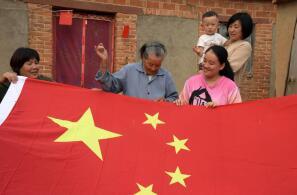 临沂88岁老党员一针一线手绣国旗祝福祖国