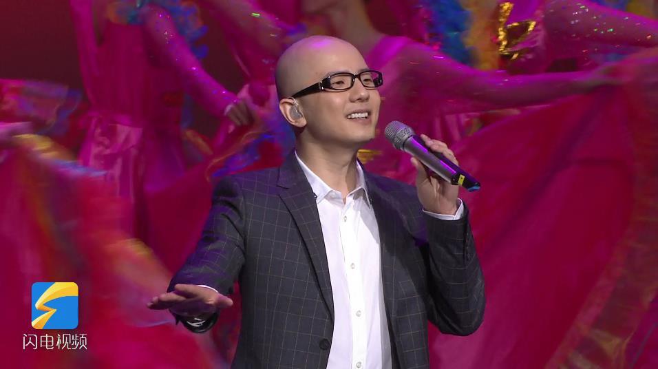 """【""""五星红旗迎风飘扬""""文艺演出】歌手平安《我爱你中国》唱出满满爱国情"""