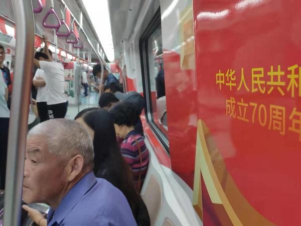 打卡国庆主题车厢、争购交通联合纪念卡......济南R1线沸腾了