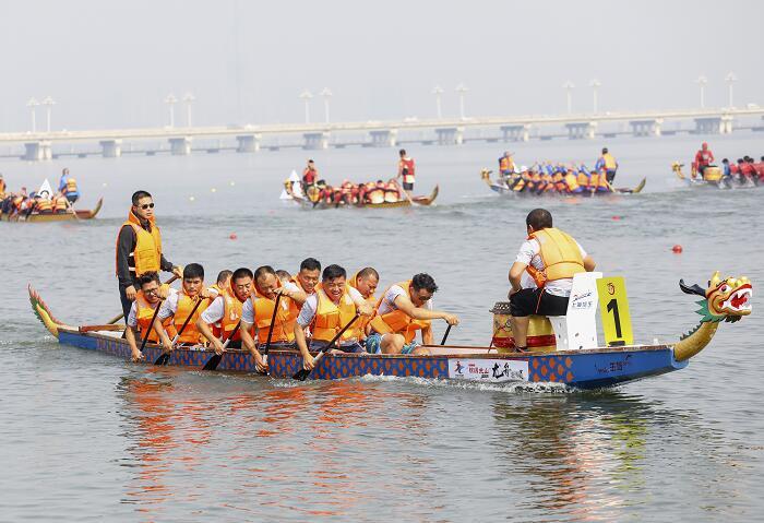 临沂迎国庆龙舟邀请赛开赛 240余名运动员竞技沂河