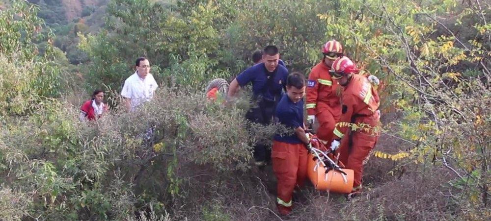 淄博:七旬老人跌落山崖 消防紧急救援