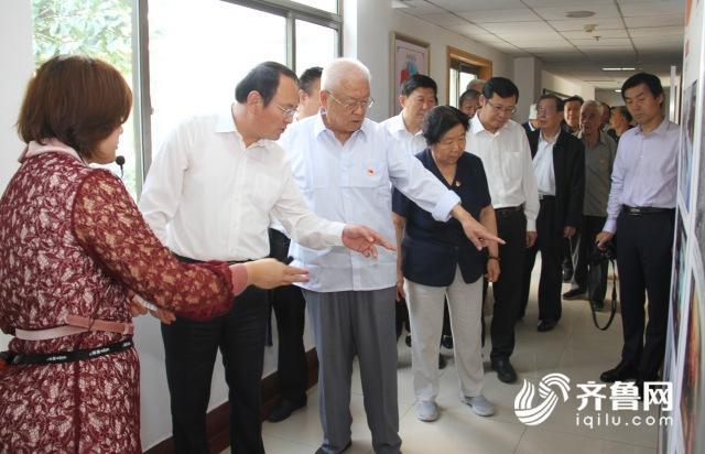 3--市人大常委会主任、党组书记与市里老同志一同参观展览_conew1.jpg