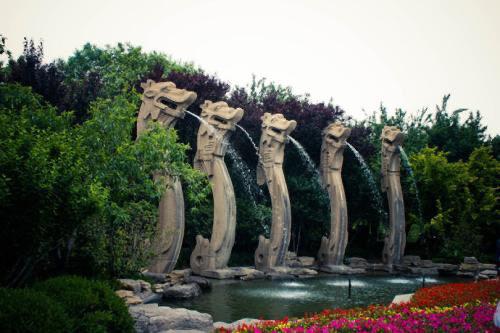 济南五龙潭免费开放首日7000人入园 比平时游客量多一倍