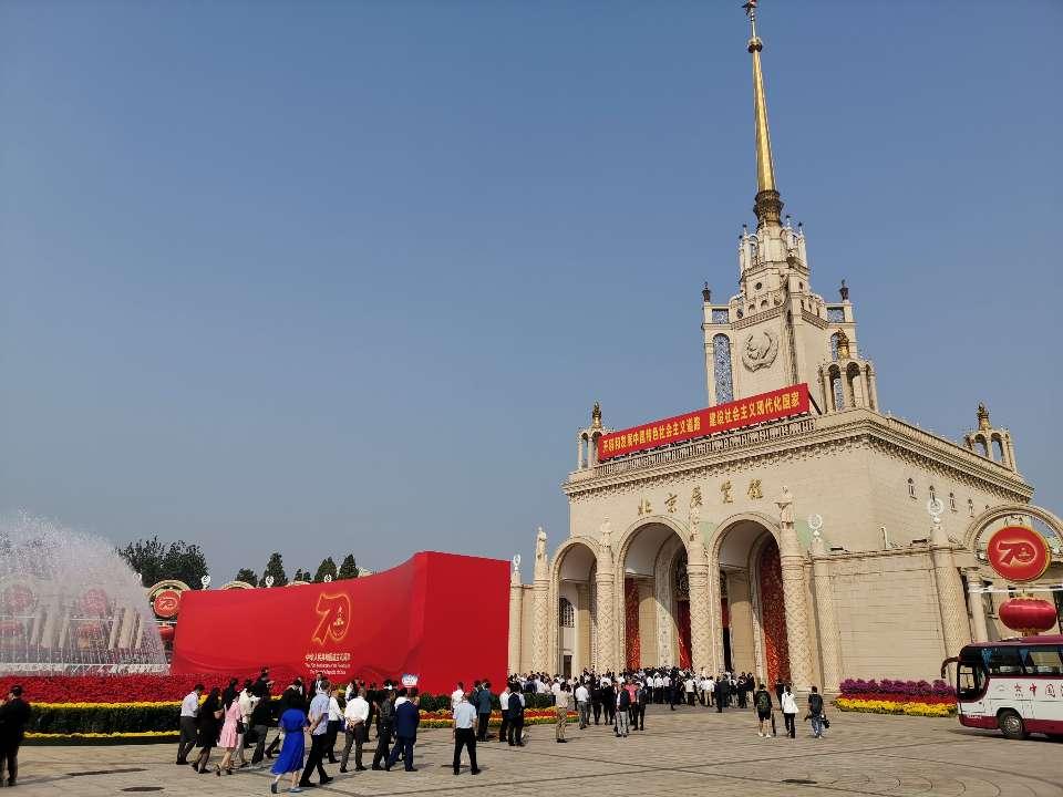 """靓丽的风景线!""""庆祝中华人民共和国成立70周年大型成就展""""上的山东讲解员"""