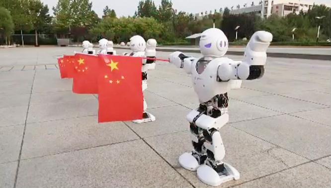 100秒丨智能机器人舞动国旗 德职学子祝福祖国繁荣昌盛