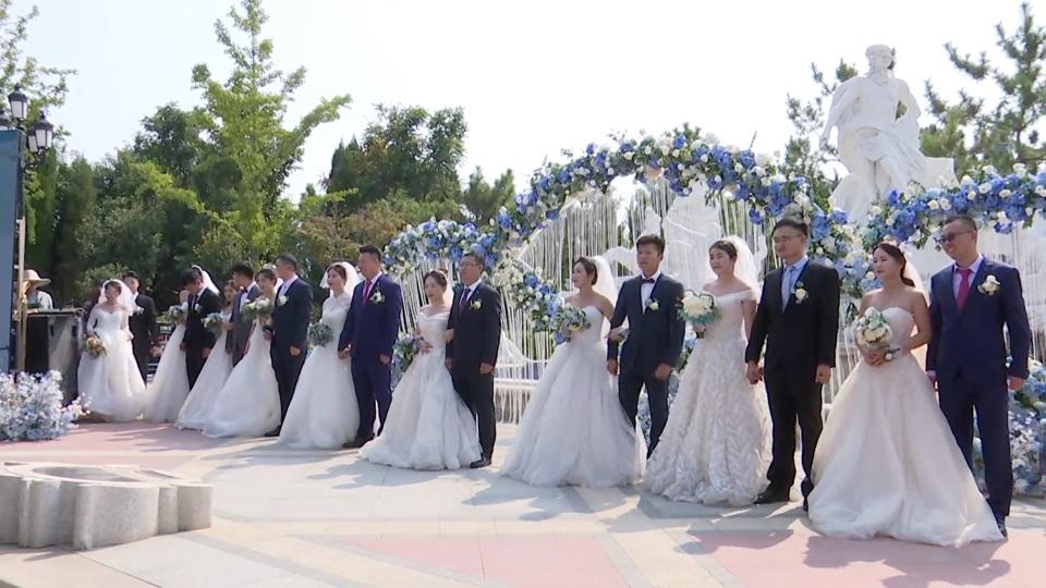 前方高甜预警!10对新人举办集体婚礼,高唱《我和我的祖国》