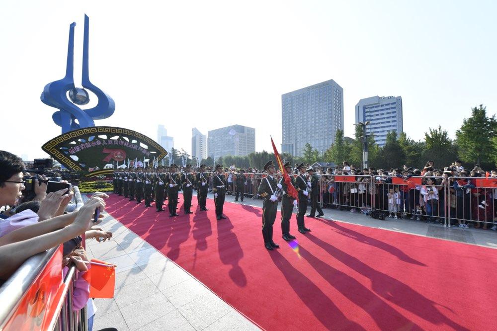 1分钟|济南泉城广场举行升国旗仪式 千人聚集祝福祖国
